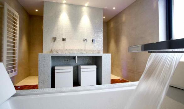 sèche serviette décoratif, robinetterie de baignoire cascade. plan vasque en pierre naturelle.
