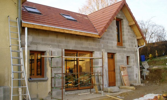 couverture terre cuite et fenêtre de toit